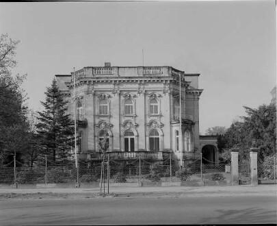 Dresden-Strehlen, Tiergartenstraße 38. Villa des Architekten Ernst Fleischer (1898; Ernst Fleischer). Straßenfront mit Einfriedung