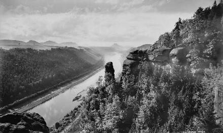 Sächsische Schweiz. Elbtalwächter. Blick vom Massiv an der Breiten Kluft über das Elbtal bei Schmilka gegen Lilienstein