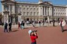 London - Junge am Buckingham Palace