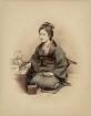 Junge Frau mit Kiseru und Teekessel