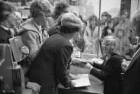 Signierstunde der Schauspielerin und Schriftstellerin Hildegard Knef in der Buchhandlung Buch-Kaiser am Karlsruher Marktplatz