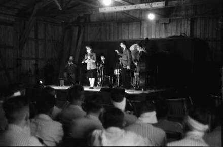 Bukarest: UfA-Truppe, Spiel im Luftwaffen-Lazarett, Bühne mit Rote Kreuz-Wagen, Bruni Löbel singt