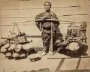 Japanischer Geschirrhändler mit seinen Waren
