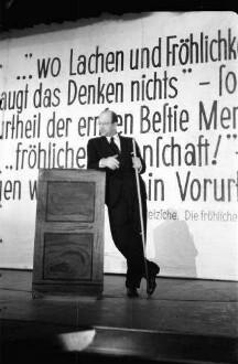 Kabarett der Komiker: Werner Finck am Katheder (Hintergrund Schrift)