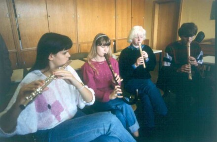 Marburg. Carl-Strehl-Schule. Musikunterricht. Blinde Schülerinnenn lernen Handhabung einer Querflöte