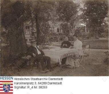 Jordan, Karl v. (1835-1916) / Porträt mit Ehefrau Margarete v. Jordan geb. v. Tiedemann (1843-1918) in dunkler Kleidung mit Frau v. Estorff an seinem 48. Hochzeitstag in Garten seines Hauses in Baunau sitzend, Gruppenaufnahme