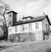 Feuerwehr: Klosterbergen: altes Spritzenhaus mit Schlauchturm: rechts davor Pkw: links Kind auf Fahrrad: dahinter Haus und Bäume