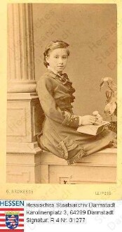 Delbrück, Lina geb. Thiersch (1865-1943) / Porträt mit Buch, Kinderbild, an Säule gelehnt, sitzend, Kniestück