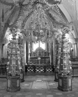 Leuchter in Form von Fialen aus menschlichen Gebeinen