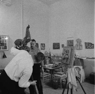 Im Atelier von Hermann Naumann. Ansicht mit Hahn-Skulptur
