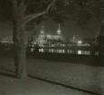 Dresden, Blick vom Neustädter Elbufer in Höhe des Japanischen Palais nach Südosten auf die Altstadt bei Nacht
