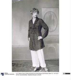 Frau in Jacke und Hose von Warschauer und Krieszki