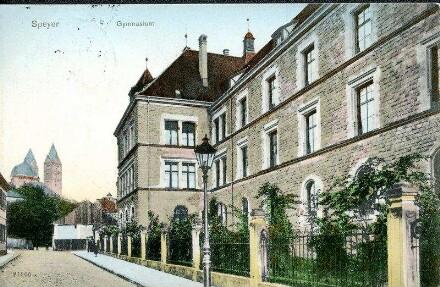 Speyer, Große Pfaffengasse 6: Gymnasium (Seitenansicht mit Blick zum Dom).