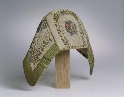 """Haube (""""Schleier"""") der Marburger evangelischen Tracht mit bestickten floralen Motiven"""