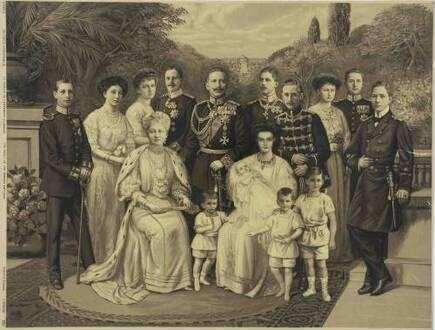 Familienbild, sechzehn Personen, Kaiser Wilhelm II., König von Preußen und Kaiserin Auguste Victoria, Königin von Preußen, mit ihren Kindern, Schwiegertöchtern und Enkel im Garten vor Schloss Sansouci, Potsdam