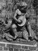 Hamburg. Garten-Figur (Lautenspieler) im Park Planten und Blomen 1940