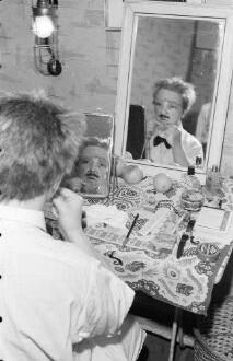 Berlin: Kabarett der Komiker; Liesl Karlstadt macht Maske