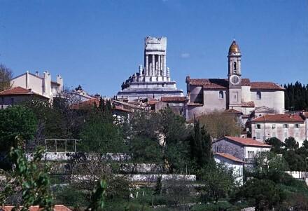 Gesamtansicht von Westen; rechts die Église Saint-Michel Archange