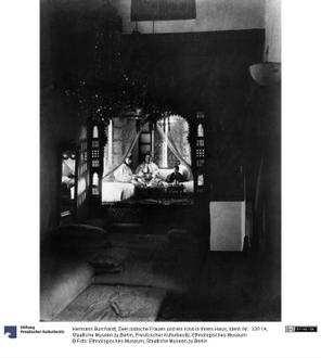 Zwei jüdische Frauen und ein Kind in ihrem Haus