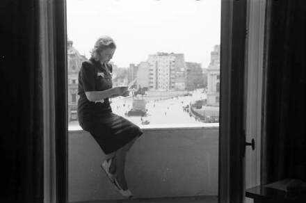 Bukarest: Hotel Athene Palace, Maria Cebotari auf Balkon