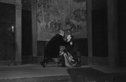 """Szenenbilder aus dem Drama """"Die Verschwörung des Fiesco zu Genua"""" von Friedrich Schiller im Theater am Schiffbauerdamm Berlin"""