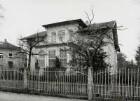 Radebeul, Hölderlinstraße 2. Villa (1880/1890; Umbau 1916, Schnauder und Rohn). Straßenfront mit Einfriedung