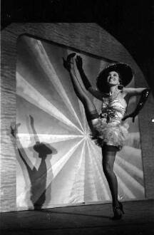 Kabarett der Komiker: 300 Jahre Kabarett; Lizzy Waldmüller im Valencia Tanz (wirft Bein)