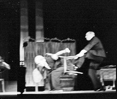 Scala: Grock wird aus Stuhl gezogen