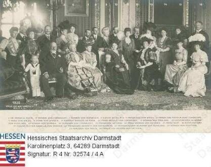 Wilhelm II. Kaiser Deutsches Reich (1859-1941) / Treffen mit gekrönten Häuptern, Gruppenaufnahme, durchnummeriert / Nr. 1: Louise Victoria Prinzessin v. Großbritannien (Princess Royal) verh. Duff (1867-1931) / Nr. 2: Arthur Duke of Connaught (1850-1942) / Nr. 3: Maud Königin v. Norwegen geb. Prinzessin v. Großbritannien (1869-1938) / Nr. 4; Kaiser Wilhelm II. / Nr. 5: Mary Königin v. Großbritannien geb. Fürstin v. Teck (1867-1953) / Nr. 6: Patricia Prinzessin of Connaught verh. Lady Ramsay (1886-1974) / Nr. 7: George V. König v. Großbritannien (Prince of Wales) (1865-1936) / Nr. 8: Alfons XIII. König v. Spanien (1886-1941) / Nr. 9: Auguste Viktoria Kaiserin Deutsches Reich geb. Prinzessin v. Schleswig-Holstein-Sonderburg-Augustenburg (1858-1921) / Nr. 10: Arthur Prince of Connaught (1883-1938) / Nr. 11: Alexandra Königin v. Großbritannien geb. Prinzessin v. Dänemark (1844-1925) / Nr. 12: Vladimir Großfürst v. Russland (1847-1909) / Nr. 13: Victoria Eugenia Königin v. Spanien geb. Prinzessin v. Battenberg (1887-1969) / Nr. 14: Luise Margarethe Prinzessin v. Großbritannien geb. Prinzessin v. Preußen (1860-1917) / Nr. 15: Victoria Lady Mountbatten () / Nr. 16: Johann Georg Prinz v. Sachsen (* 1869) / 17: Prinz Olaf? / Nr. 18: Edward VII. König v. Großbritannien (1841-1910) / Nr. 19: Königinmutter Isabella II. v. Spanien (1830-1904) / Nr. 20: Beatrice Prinzessin v. Battenberg geb. Prinzessin v. Großbritannien (1857-1944) / Nr. 21: Maria Großfürstin v. Russland geb. Prinzessin v. Mecklenburg-Schwerin (1854-1920) / Nr. 22: Marie Amelie Königin v. Portugal geb. Prinzessin v. Orléans (1865-1951) / Nr. 23: Helene Herzogin v. Aosta geb. Prinzessin v. Orléans (1871-1951) / Nr. 24: Maria Immakulata Herzogin v. Sachsen geb. Prinzessin v. Bourbon-Sizilien (* 1874)