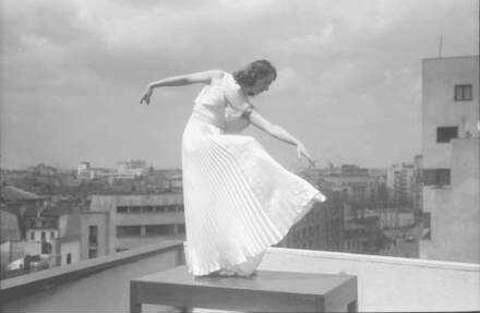 Bukarest: Colorado: Maria Livezeanu: Tanzstudien auf der Terrasse, Victoria Versicherungsgebäude, allein auf Tisch