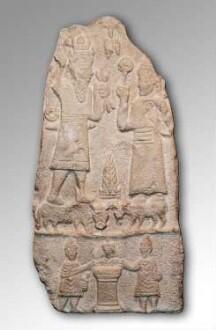 Vorderseite: Darstellungen des Iuppiter Dolichenus und der Iuno Dolichena; darunter: Opfernde Priester an einem Altar.