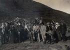 Norwegen. Gruppenbild mit Touristen der Hapag und Mitglied einer Samenfamilie, vor ihrer Erdhütte bei Tromsø stehend