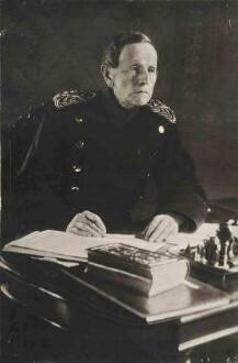 Graf Helmut von Moltke, Generalfeldmarschal in Uniform am Schreibtisch im Kriegsministerium, Berlin, sitzend, Brustbild in Halbprofil