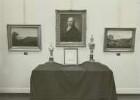 Ausstellung von Gegenständen und Schriften der Dresdner Innungen: mittig Porträt Dr. Seegers