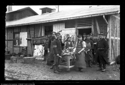 Gefangene beim Kaninchenschlachten