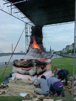 26. Juni 2014 - die Skulptur brennt