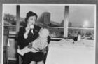 Vergleichsabbildungen. Stewardess mit einem Kleinkind in einem Restaurant