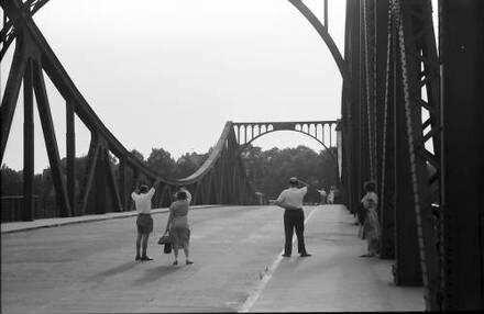 Berlin; Glienicke: Blick auf die Brücke mit winkenden Besuchern