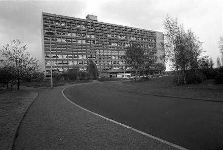 Berlin: Le Corbusier-Haus; Vordergrund Zufahrtstraße