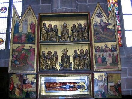 Gesamtansicht in geöffnetem Zustand, Innenflügel mit Szenen aus dem Leben Christi, Schrein mit Christus und Deocarus flankiert von Aposteln, Predella mit Szenen aus der Legende des hl. Deocarus