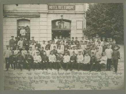 Geburtstagsfeier Kaiser Franz Joseph I., österreichische und württembergische Offiziere (ca. fünfundneunzig Personen) vor Hotel l' Europe, Bregenz