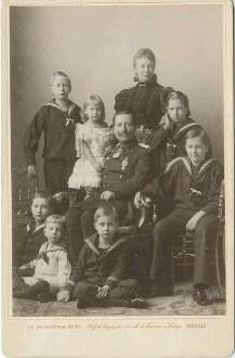 Kaiser Wilhelm II., König von Preußen und Kaiserin Auguste Victoria, Königin von Preußen mit Kronprinz Wilhelm, Prinzessin Viktoria Luise und die anderen Söhne, teils stehend, teils sitzend in Fotoatelier (Familienbild, neun Personen)