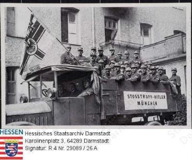 NSDAP (Nationalsozialistische Deutsche Arbeiterpartei), Sammelwerk 'Deutschland erwacht. Werden, Kampf und Sieg der NSDAP' / Bilder-Gruppe 28, Werk 8 / hier: Bild Nr. 25: 'Stoßtrupp [Adolf] Hitler [1889-1945] 1923' / Lastwagen mit offener Ladefläche, darauf stehend Männer in Uniform mit Hakenkreuz-Armbinden / Gruppenaufnahme