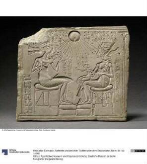 Hausaltar: Echnaton, Nofretete und drei ihrer Töchter unter dem Strahlenaton