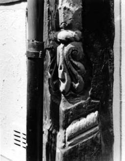 Badergasse 6, Detail Eckständer