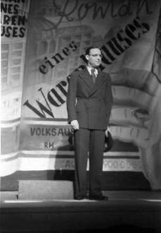 Berlin: Kabarett der Komiker; Walter Gross vor Warenhausprospekt