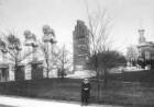 Darmstadt, Mathildenhöhe. Löwentor (1914; A. Müller, B. Hoetger), Hochzeitsturm (1908, J. M. Olbrich) und Russische Kapelle (1897-1899, L. N. Benois)