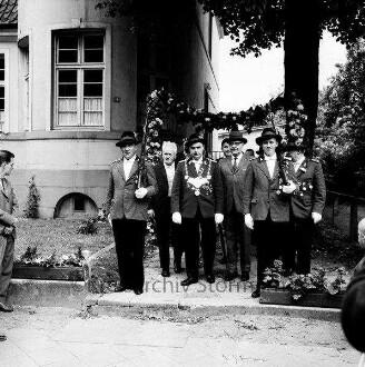 Schützenfest: Veranstalter Ahrensburger Schützengilde: Große Straße: vor dem Stadthaus: Schützenkönig Günther Paulsen, stellvertretender Bürgervorsteher Heinz Beusen, Stadtrat Karl Svensen
