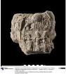 Siegelabdruck mit einer Darstellung von Echnaton, Nofretete und einer weiteren Person (Prinzessin?) unter dem Strahlenaton