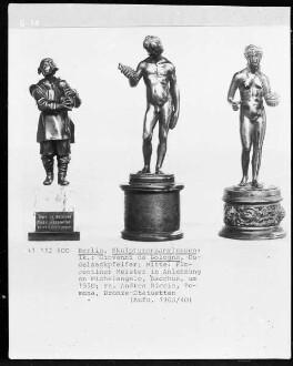 Bildmitte: Florentiner Meister in Anlehnung an Michelangelo, Bacchus, um 1550; rechte Bildhälfte: Andrea Riccio, Pomona, Bronze-Statuette